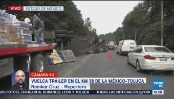 Bomberos trabajan para retirar tráiler que volcó en la México-Toluca