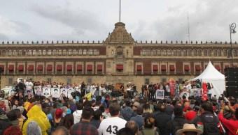 Concluye marcha por estudiantes de Ayotzinapa en el Zócalo