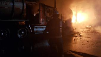 Pipas chocan y provocan incendio en Celaya, cierran autopista por horas