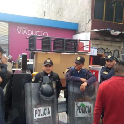 Policías desalojan a habitantes de un edificio en Calzada de Tlalpan