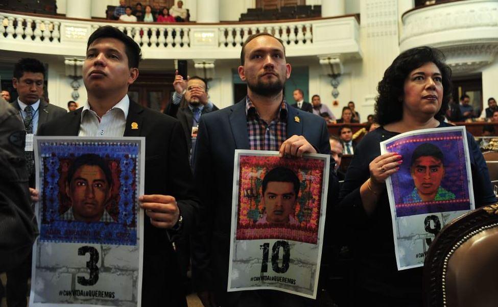 Diputados reciben a padres de normalistas de Ayotzinapa