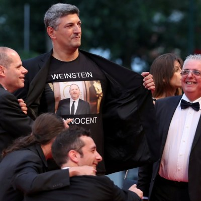 Director italiano presume camisa con lema 'Weinstein es inocente'