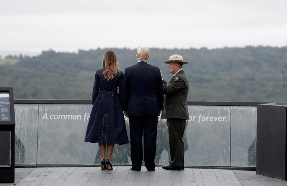Donald Trump con su esposa, acompañados por un superintendente, en Pensilvania. (AP)