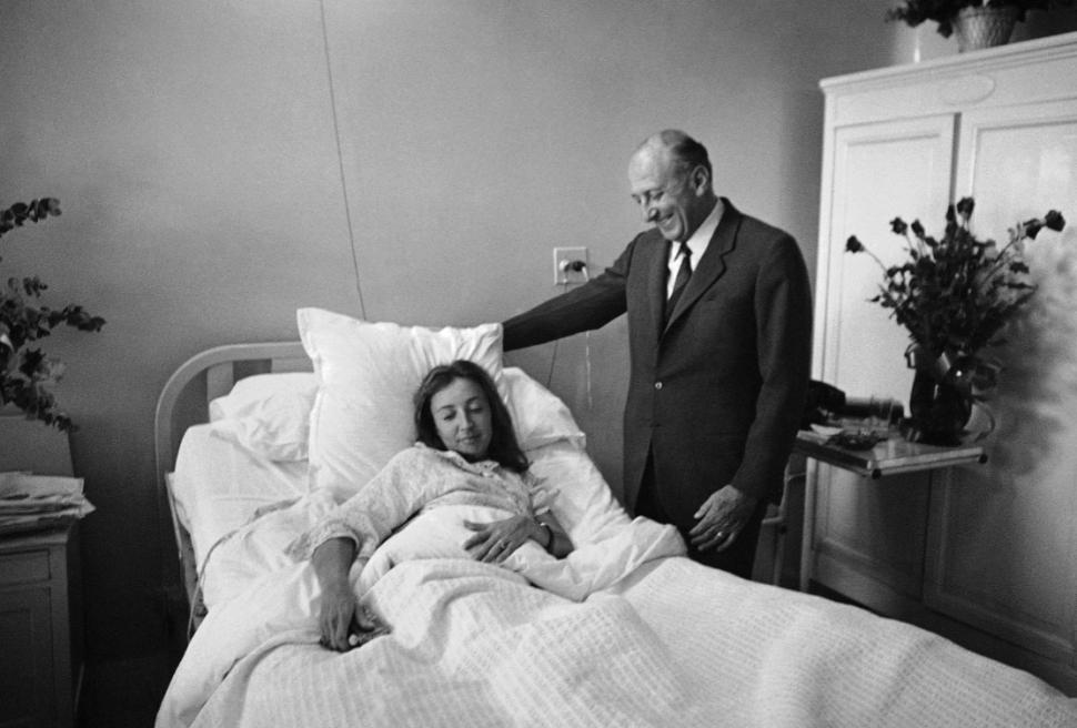 El embajador italiano en México, Enrico Guastone Belcredi, visita a Oriana Fallaci en el hospital. (AP, archivo)