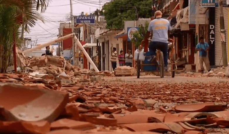 En Juchitán todavía hay escombros del sismo 7S en las calles