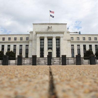 Fed aumenta tasas de interés a un máximo de 2.25 por ciento