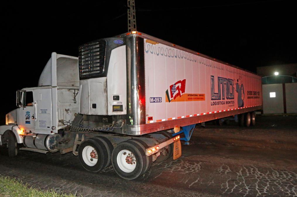 Encuentran un camión abandonado con 157 cadáveres