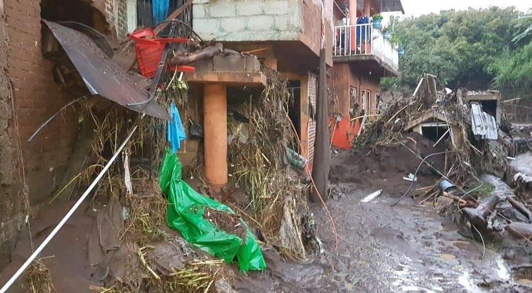 Desbordamientos de río y presa dañan casas y vehículos en Michoacán