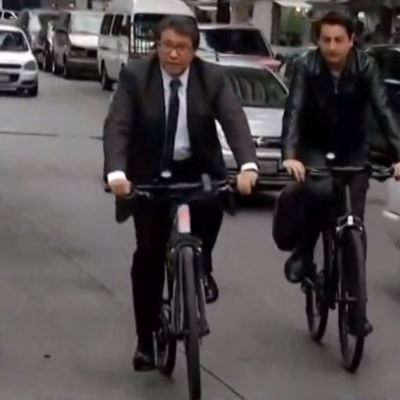 Monreal llega al Senado en bicicleta, asegura que plan de austeridad inició