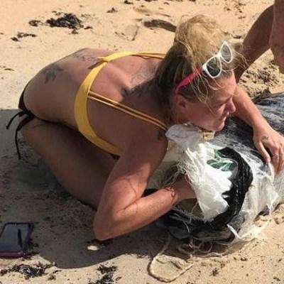 Buscan a mujer que abraza paquete de marihuana al salir a flote tras Florence