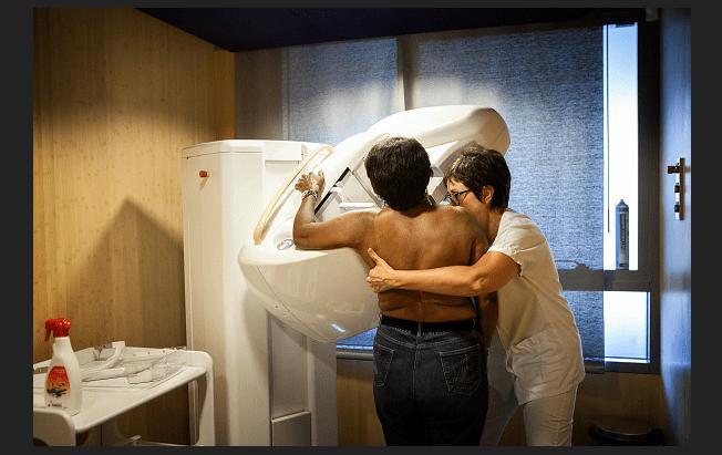 Mujer realizándose una mamografía. (Getty Images, archivo)