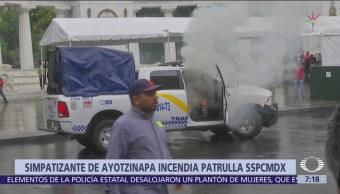 Normalistas de Ayotzinapa incendian camioneta de Segurida