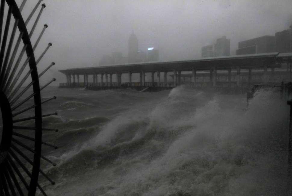 Oleaje elevado por el tifón Mangkhut en Hong Kong, China