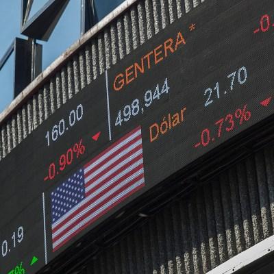 Peso pierde ante dólar por falta de acuerdo TLCAN, BMV sube