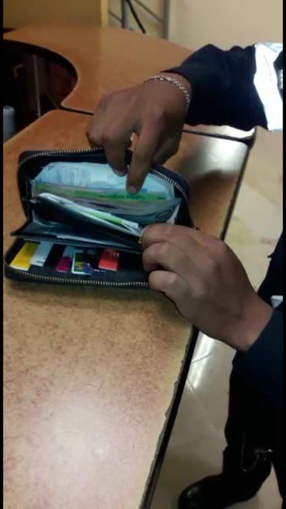 Policía encuentra cartera con dólares y la entrega