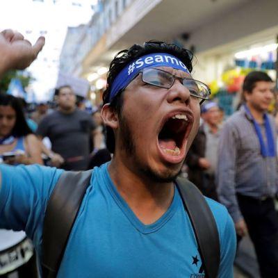 Marchan en Guatemala para pedir renuncia del presidente Jimmy Morales