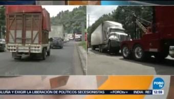 Restablecen circulación tras retirar tráiler volcado en la México-Toluca