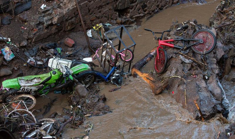 comienza demolicion casas afectadas desbordamiento rio periban michoacan