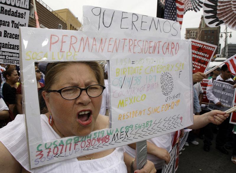 Trump propone reglas que podrían negar tarjetas de residentes a inmigrantes