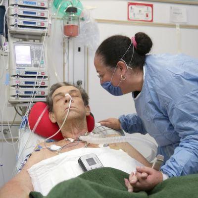 Cirujanos del IMSS colocan con éxito un corazón artificial en La Raza