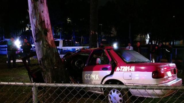 Taxi de la CDMX choca tras escapar de gasolinera en Tlalnepantla