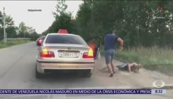 Taxista ruso baja a pasajero por sucio