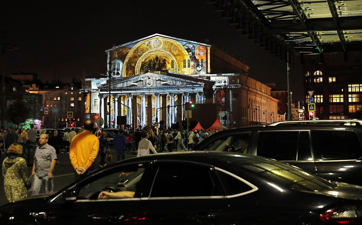 Bolshói de Moscú es iluminado por el artista Ángel Sandimas