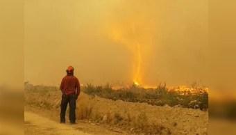 Bomberos canadienses luchan contra tornado de fuego
