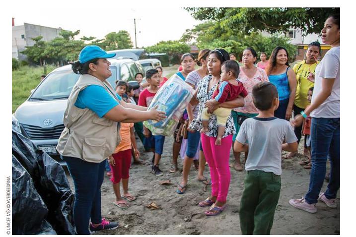Trabajadores de Unicef entregan ayuda humanitaria en Chiapas. (@UNICEFMexico)