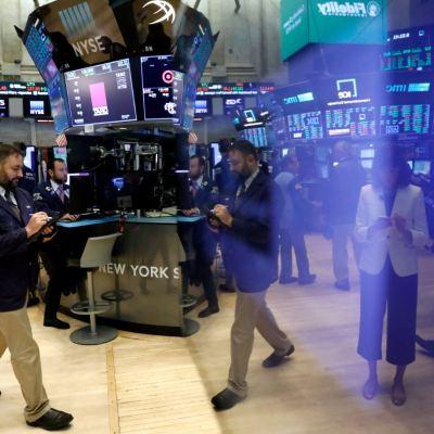 Wall Street al alza, Dow Jones y S&P operan en récord histórico