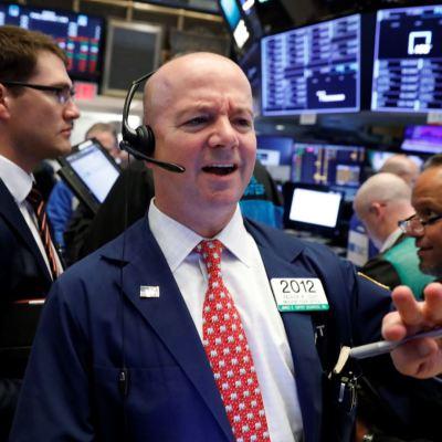 Wall Street baja tras fuerte datos de empleo en Estados Unidos
