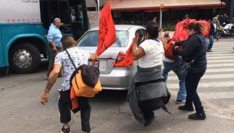 Manifestantes discuten con un automovilista en Paseo de la Reforma