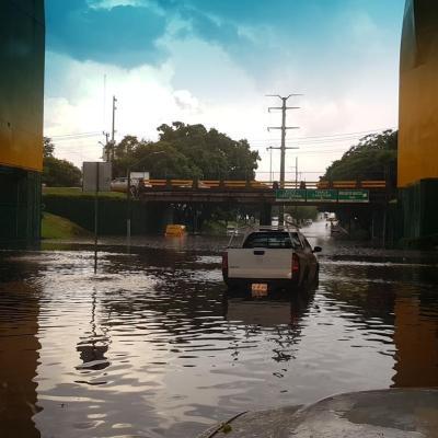 Una tormenta con granizo provoca caos vial en Guadalajara, Jalisco