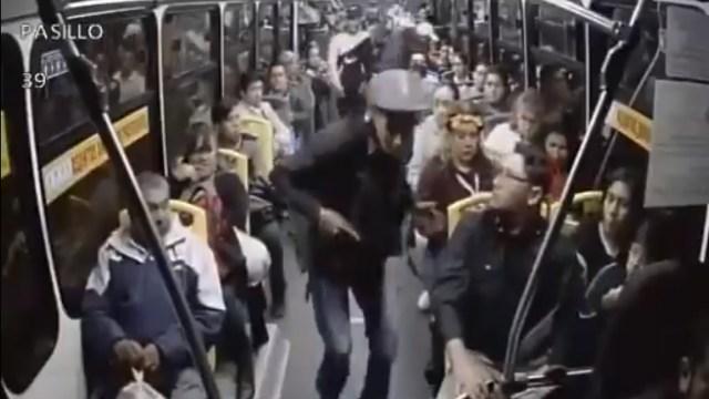 Asaltantes se llevan chamarras durante robo en camión sobre Tlalpan