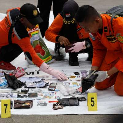 Encuentran restos y escombros del avión de Lion Air accidentado en Indonesia