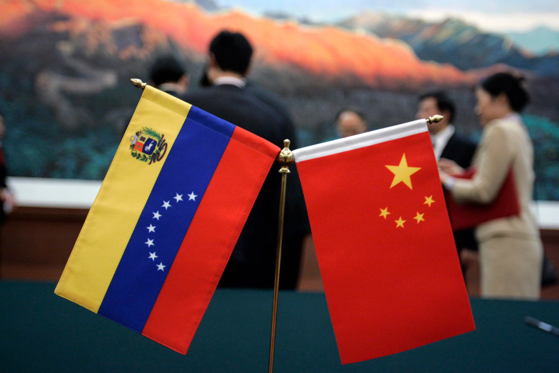 Pence acusa a China de dar salvavidas a Maduro con créditos