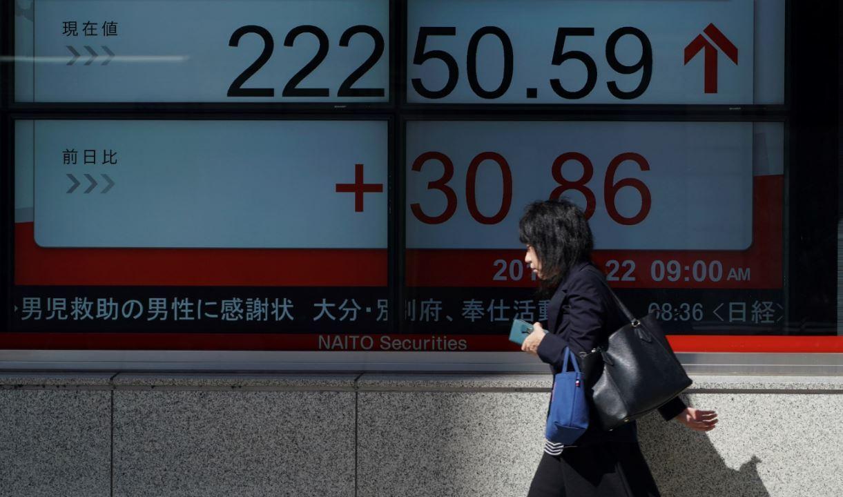 Bolsa de Tokio sube, mercados de China caen