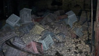 Camión tira toneladas de papas durante accidente automovilístico en México Cuernavaca