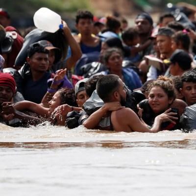 Caravana de migrantes cruza el río que separa a Guatemala de México