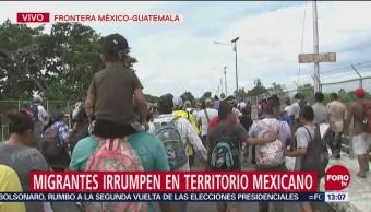 Caravana migrante rompe cerco y cruza el río Suchiate rumbo a Ciudad Hidalgo, Chiapas