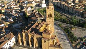 Catedral-guadix-granada-españa-padre-sacerdote-homnajean-pederasta
