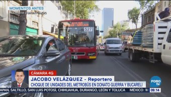Chocan unidades de metrobús en Donato Guerra y Bucareli