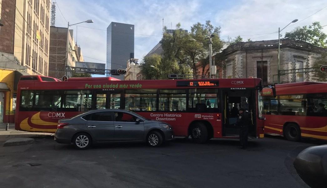Choque de Metrobús afecta circulación de avenida Bucareli