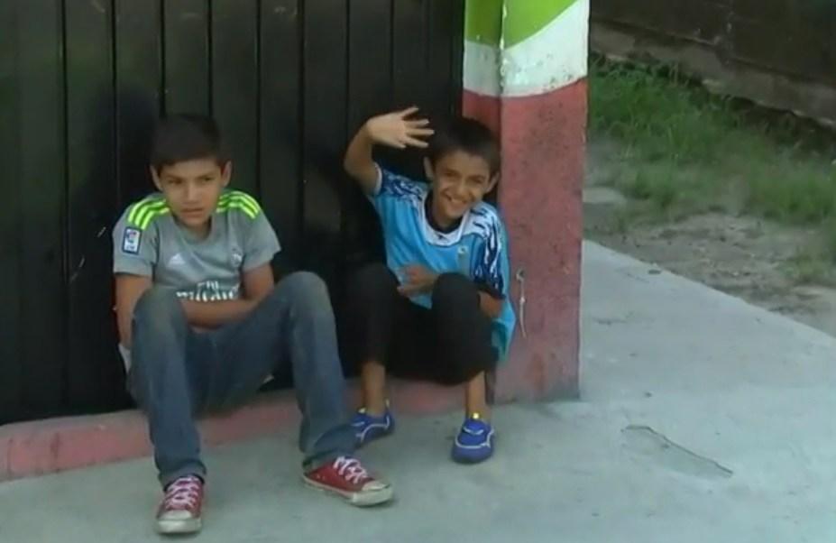 Migrante hondureño localiza a hijo perdido, lo amarra y continúa la marcha