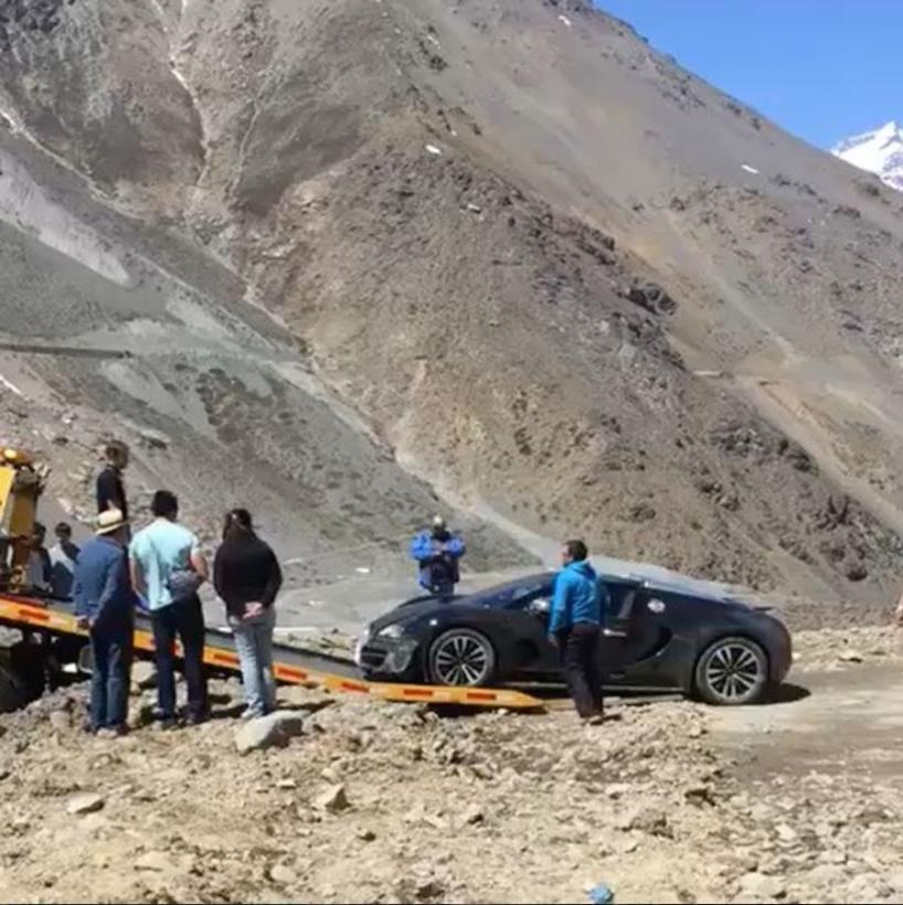 El Bugatti Veyron tuvo que ser remolcado desde el fondo de una ladera de Los Andes (Carbuzz)