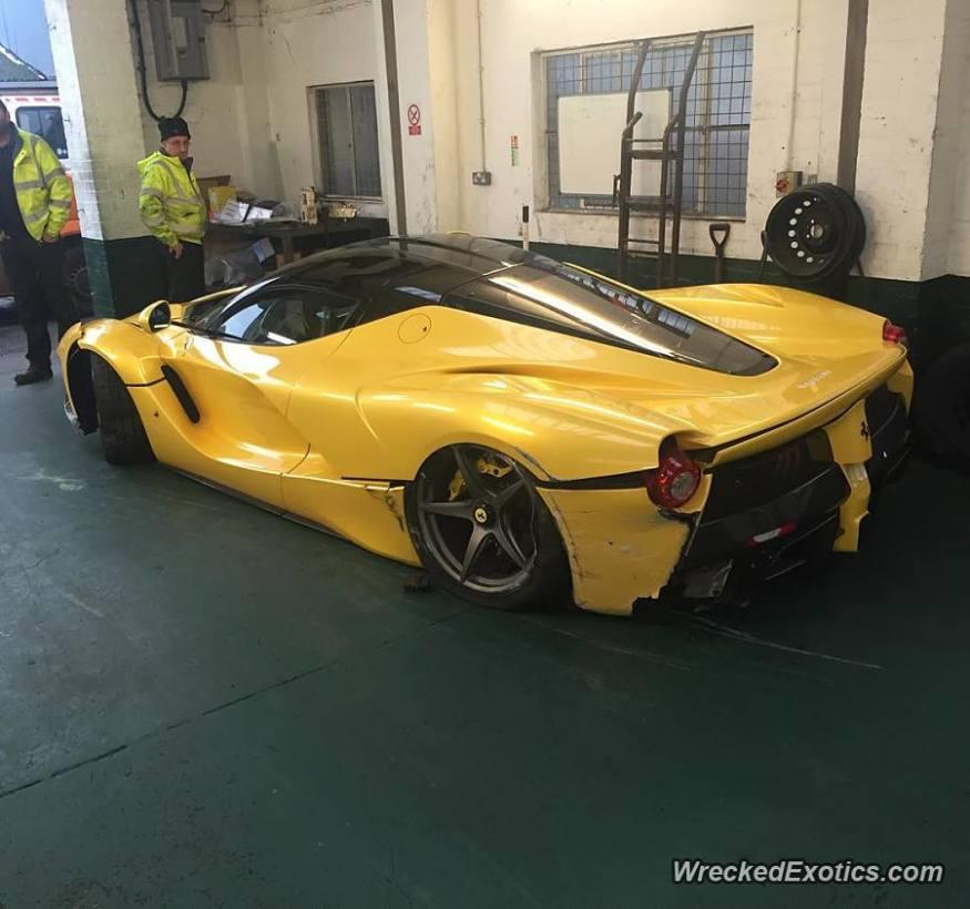 El dueño de este Ferrari LaFerrari salió ileso después de perder el control (WreckedExotics)