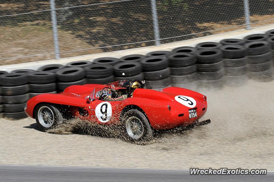 El Ferrari 250 TR despues de golpear los neumáticos que conforman la extensión de un muro de contención (WreckedExotics)