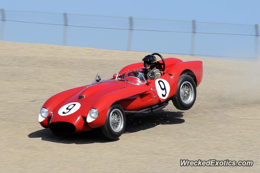 El Ferrari 250 TR sale de control y golpea el muro de contención (WreckedExotics)