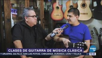 Enrique Muñoz toma clases de guitarra clásica
