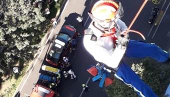 Rescatan a tres pintores colgados de un edificio en Chapultepec